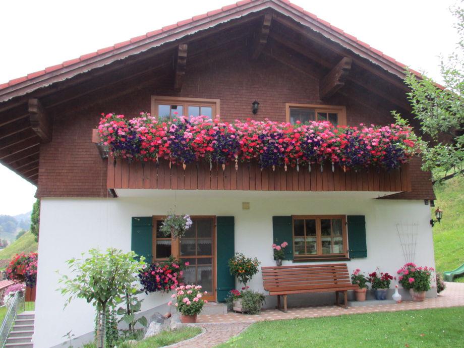 Unser Haus, mit Balkon der Ferienwohnung