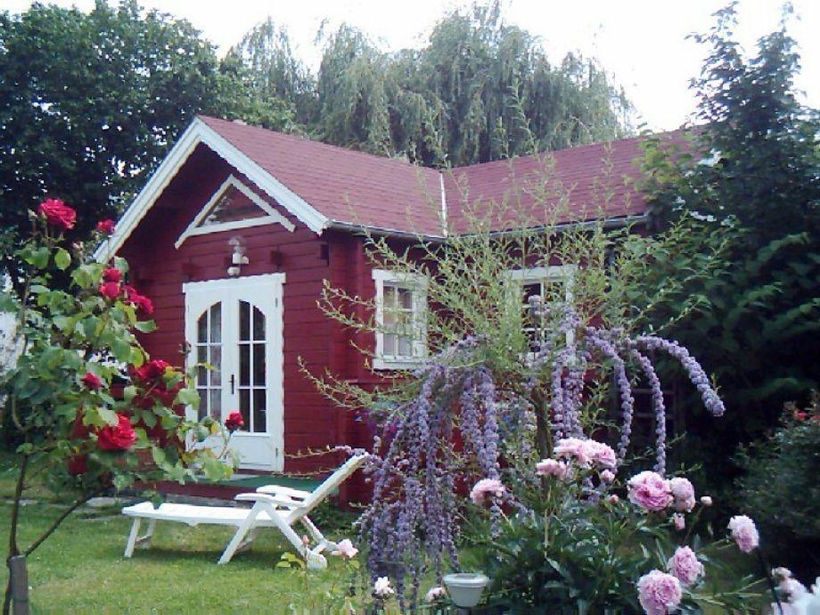 Rotes Schwedenhäuschen an Moselwiesen