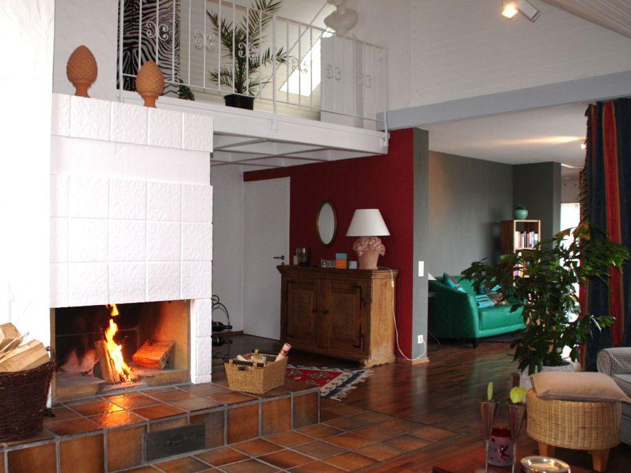 Wohnraum mit offenem Kamin
