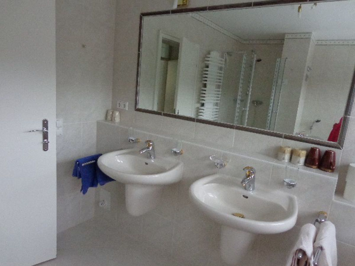 grosser spiegel free badezimmer groer dunkler holzspiegel cm x cm holz cm x cm badspiegel. Black Bedroom Furniture Sets. Home Design Ideas