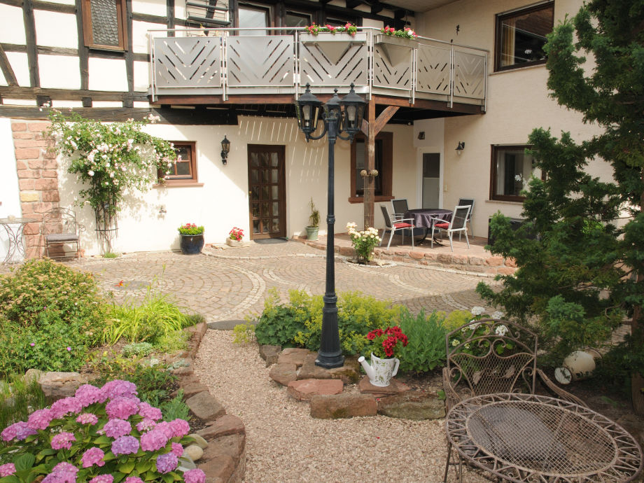 Gästehaus SOLANA Innenhof Terrasse FW Hofgarten