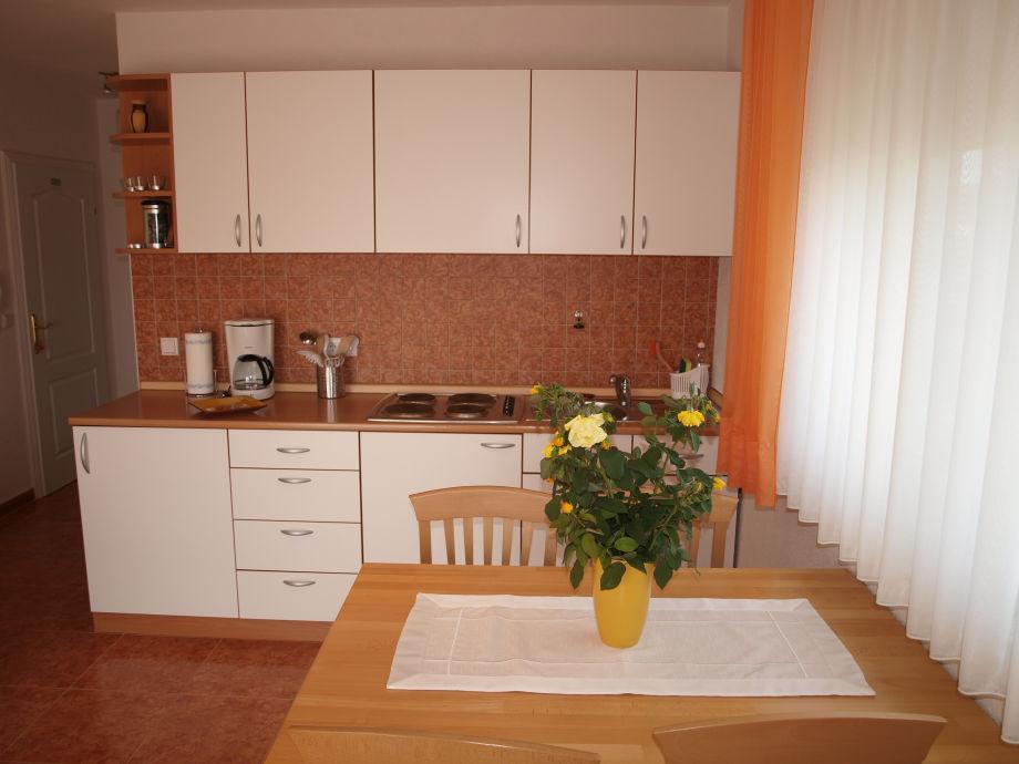 ferienwohnung 3 im apartmenthaus ivka sukosan liegt 10 km s dlich von zadar dalmatien frau. Black Bedroom Furniture Sets. Home Design Ideas
