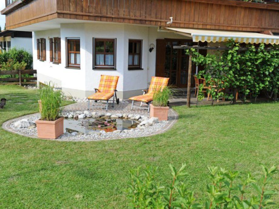 Liegestühle am Gartenteich