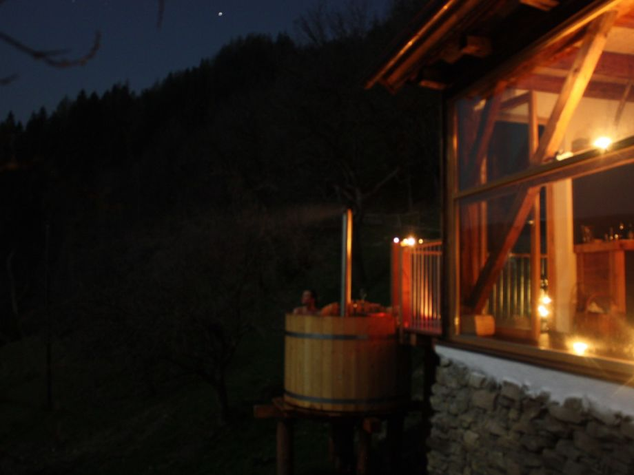 Ferien Stadl bei Nacht mit HotPot auf der Terrasse