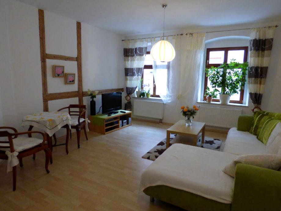 Wohnzimmer Mit Lesetisch, TV Und Gemütlicher Sofaecke