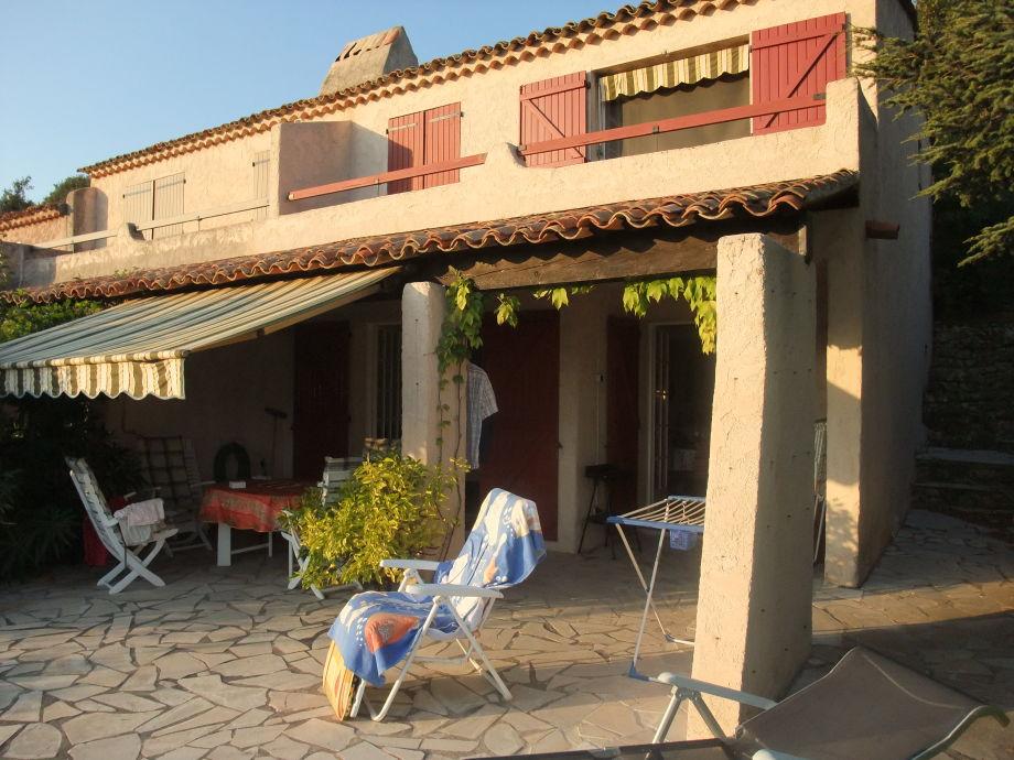Frontansicht Haus mit Terrasse