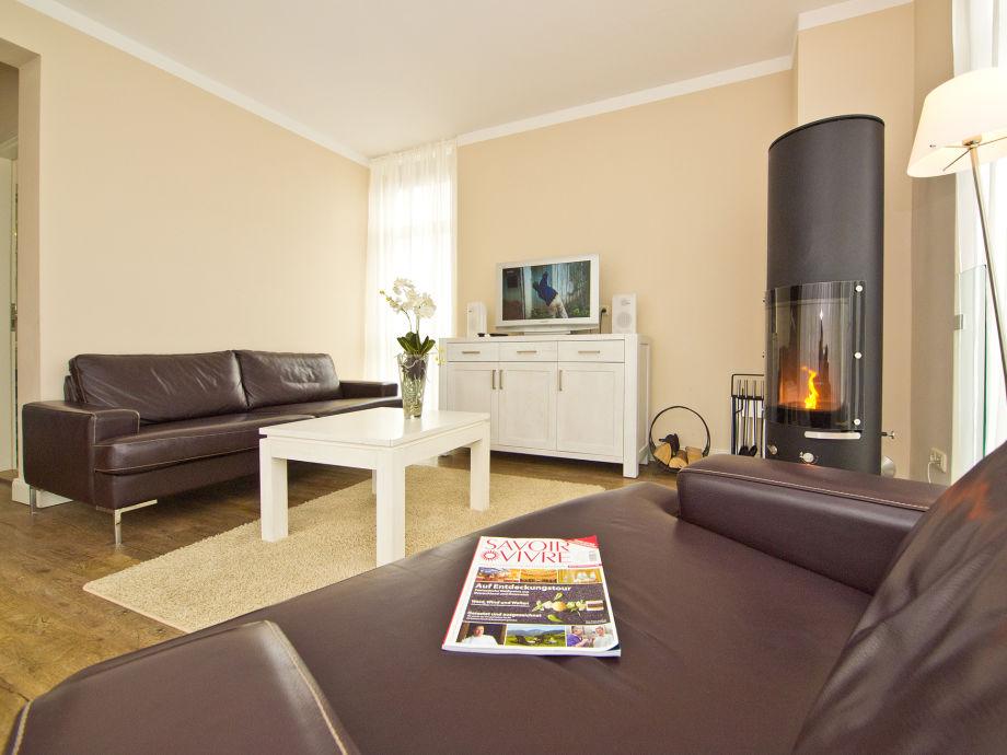 Modernes Wohnzimmer mit Kamin und Flat-Screen-TV