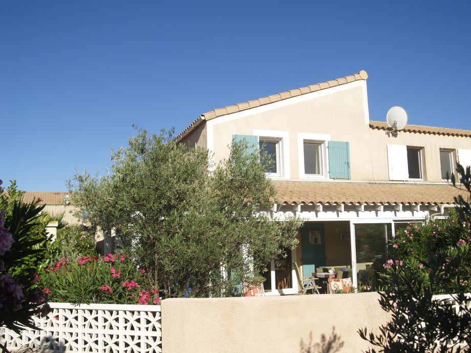 das schöne Haus mediterran bei blauem Himmel
