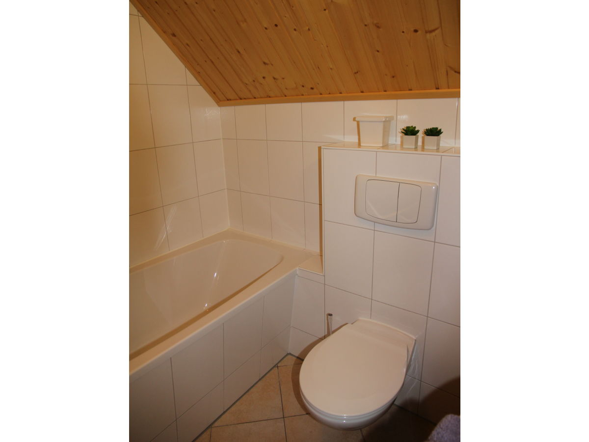 Ferienhaus direkt am wasser mit bootssteg rheinsberg - Badezimmer mit dusche und badewanne ...