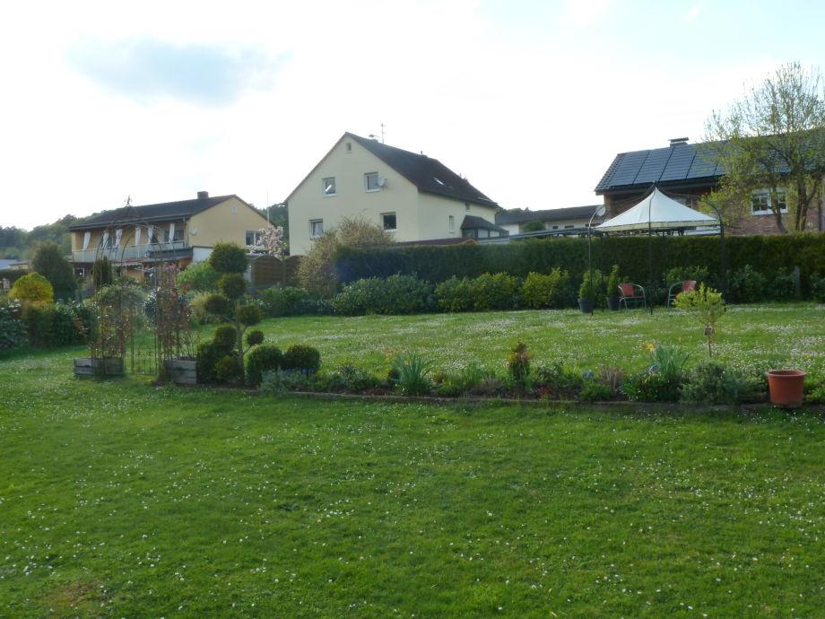 Der Blick in den Garten mit Pavillion