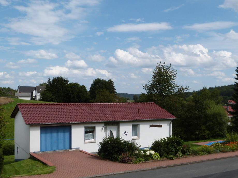 Haus mit Garage und Wassertretbecken