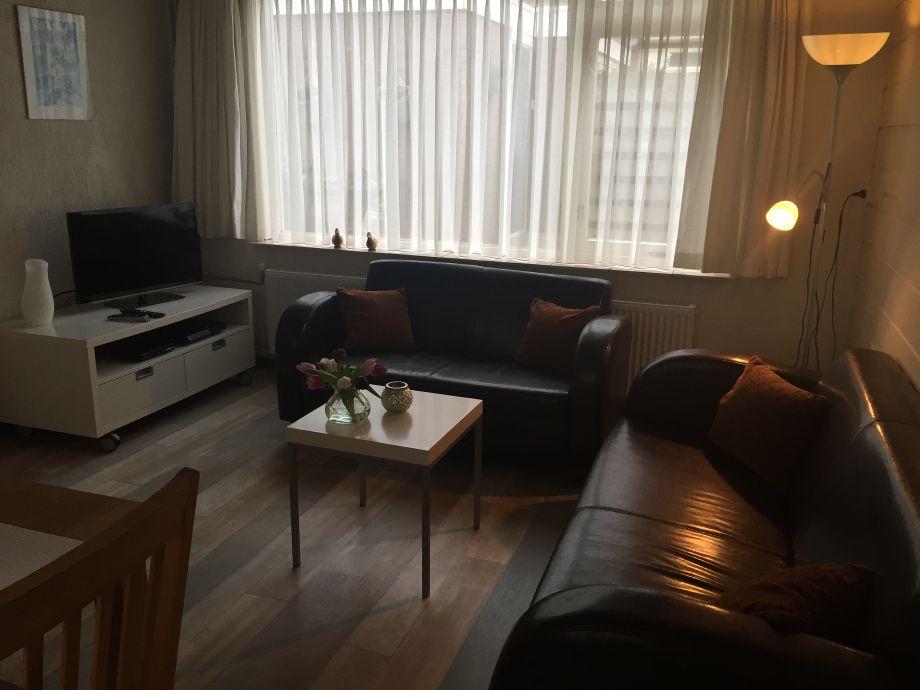 Flatfernseher und 2x Sofa
