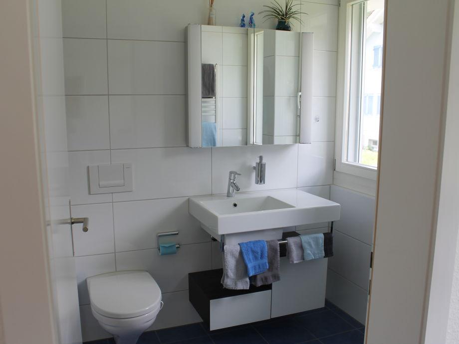 Schönes modernes bad mit heizung für badetücher badewanne mit