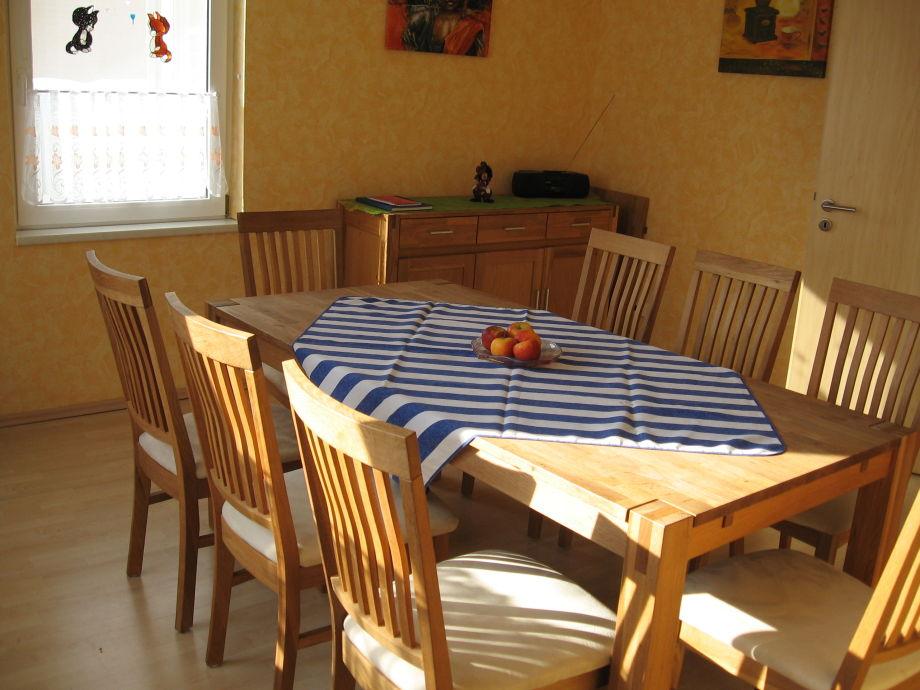 Großzügiges Esszimmer Mit Ausziehbarem Tisch