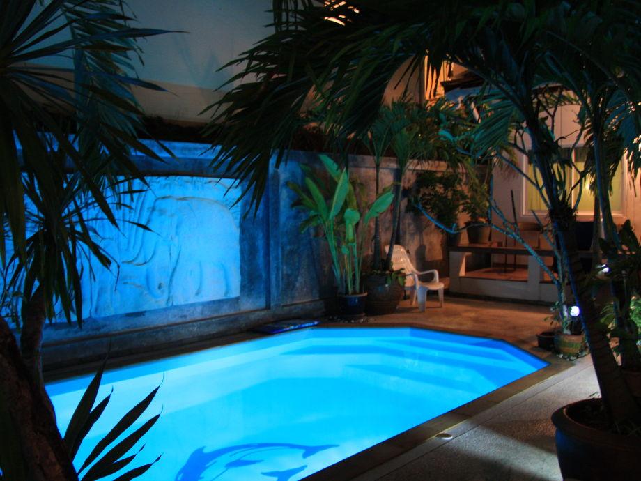 Swimming pool bei Nacht