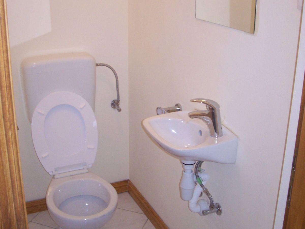 separate Trägerbefestigungen, und die Toilette wird von beiden Seiten