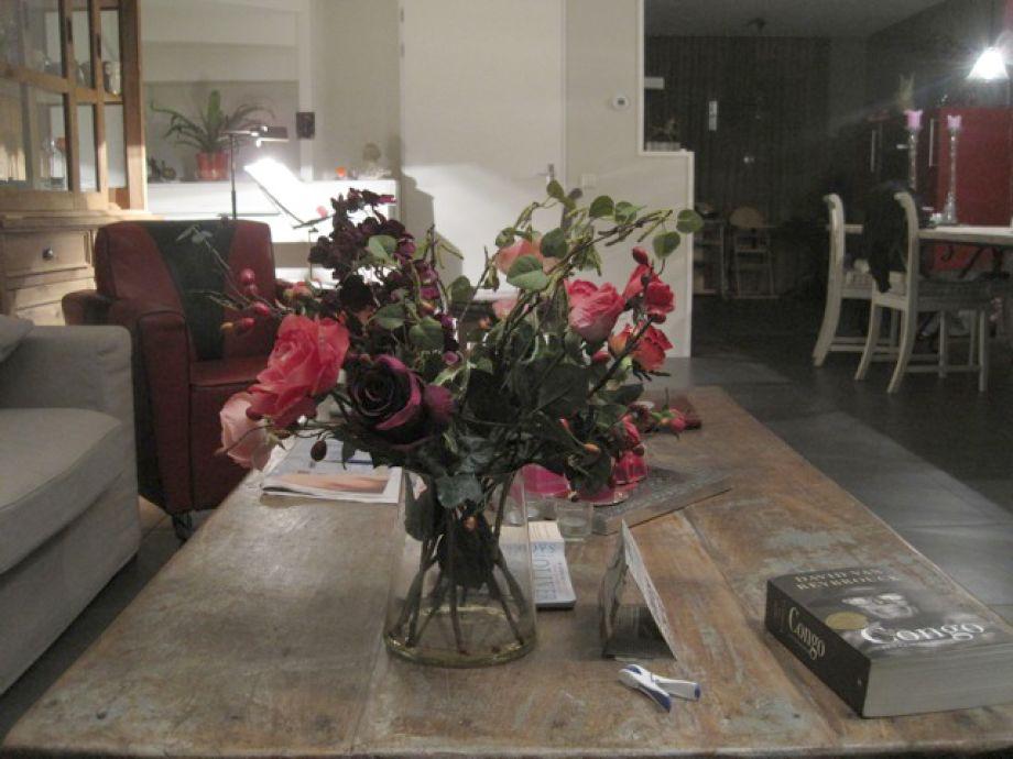 Blumen Arrangement auf dem Esstisch