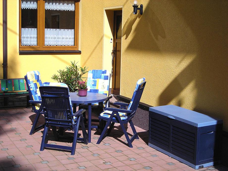 Gemütliche Sitzecke vor dem Haus