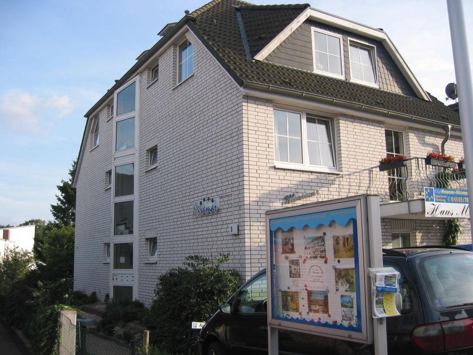 Haus Miramar von der Seite im Sommer