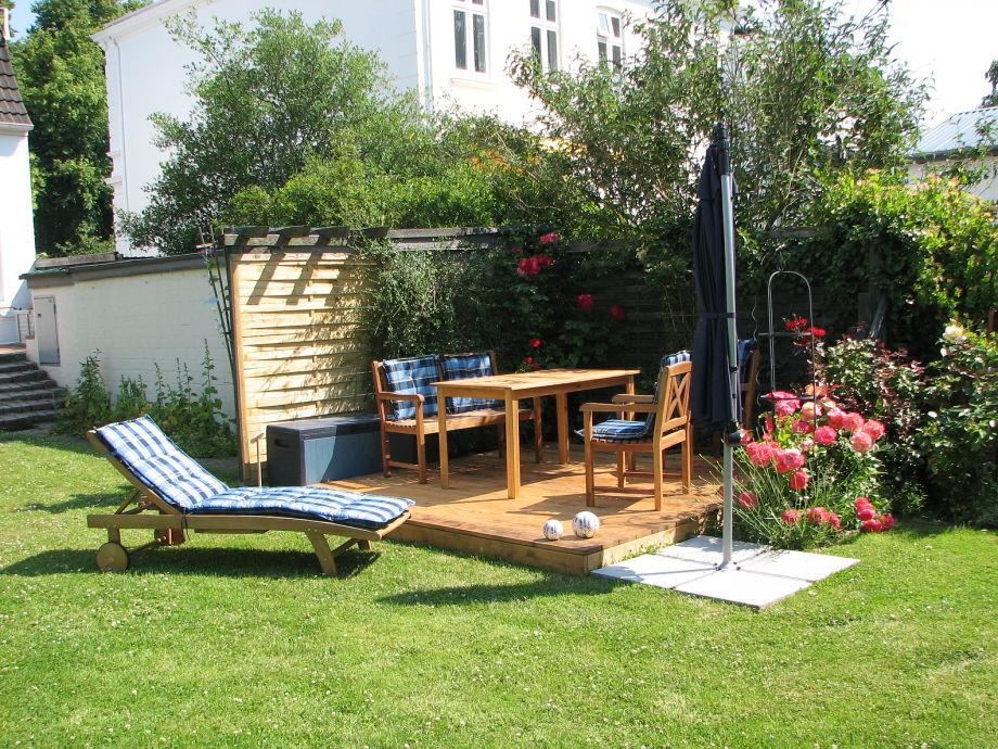 Sonnige Sitzecke im Garten