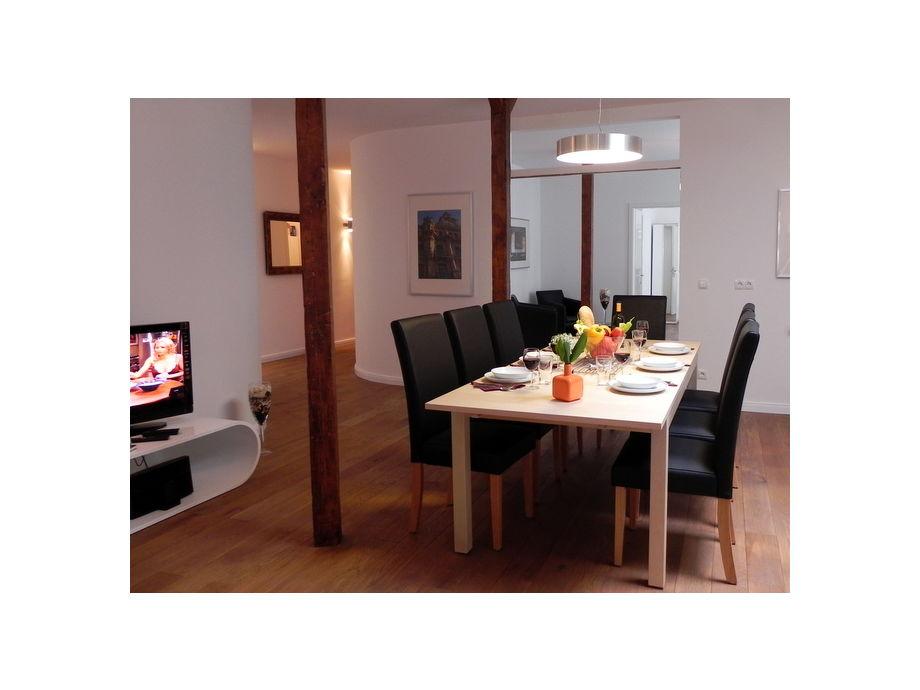 Wohnbereich mit Esstisch für bis zu 10 Personen