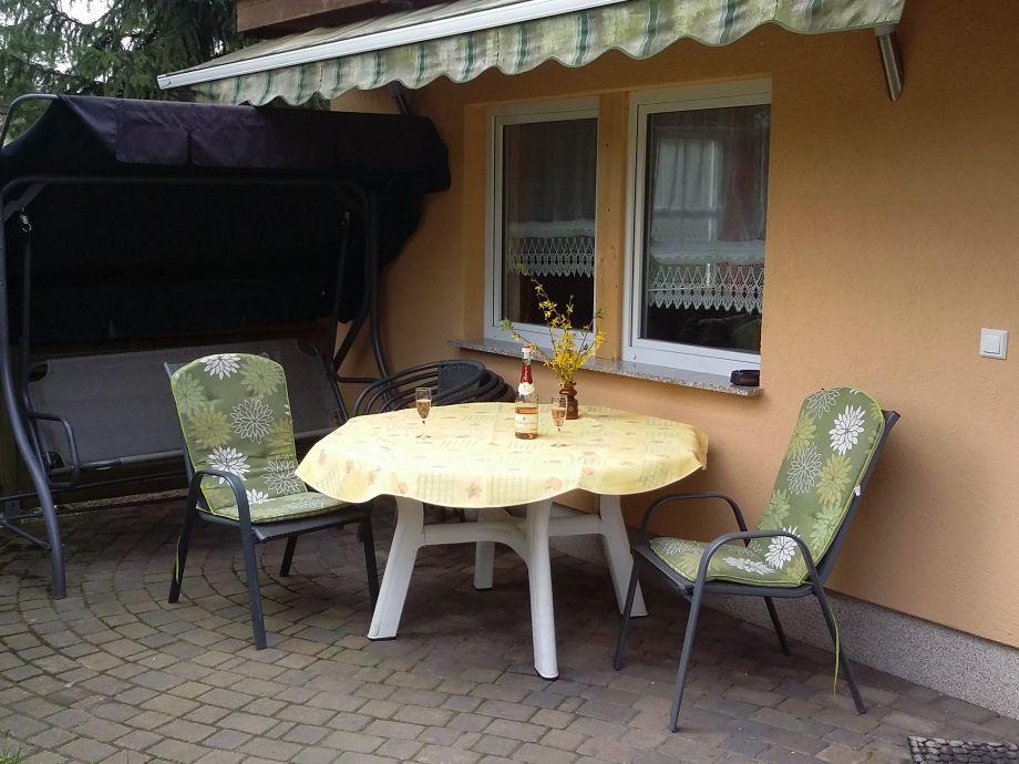 Terrasse mit Gartenmöbeln und Markise