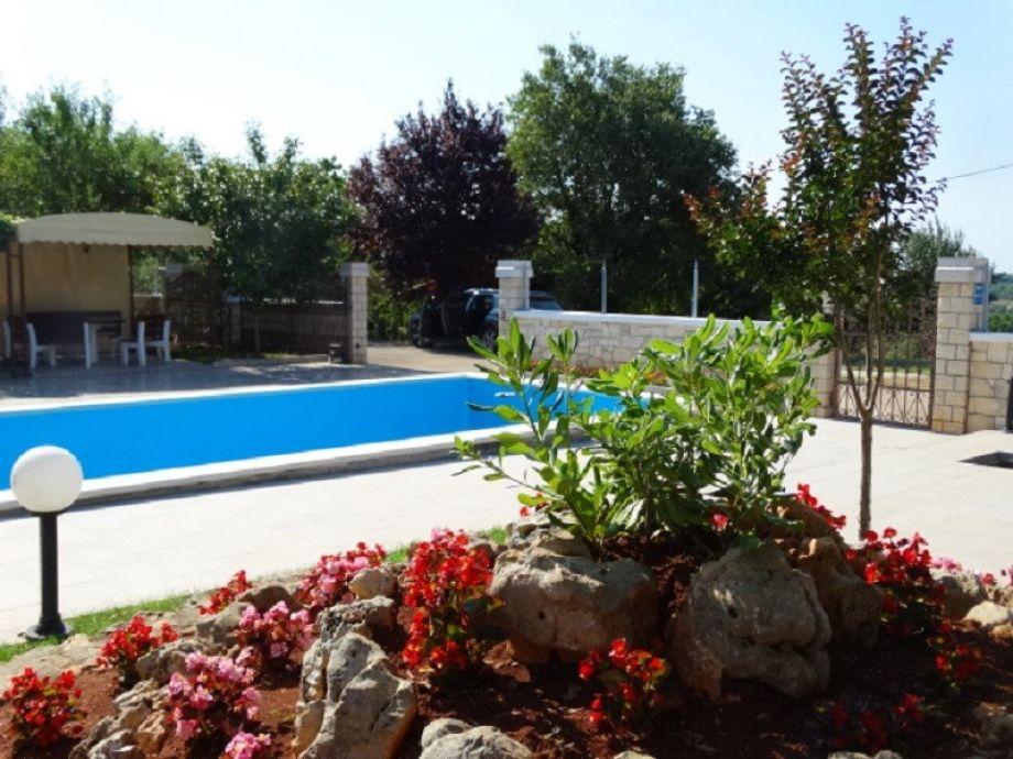 Vorgarten und Pool