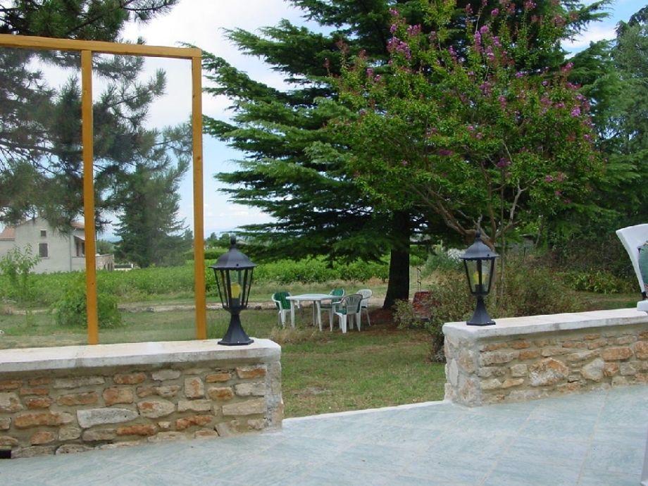 Blick von der Terrasse mit Terrassenbeleuchtung