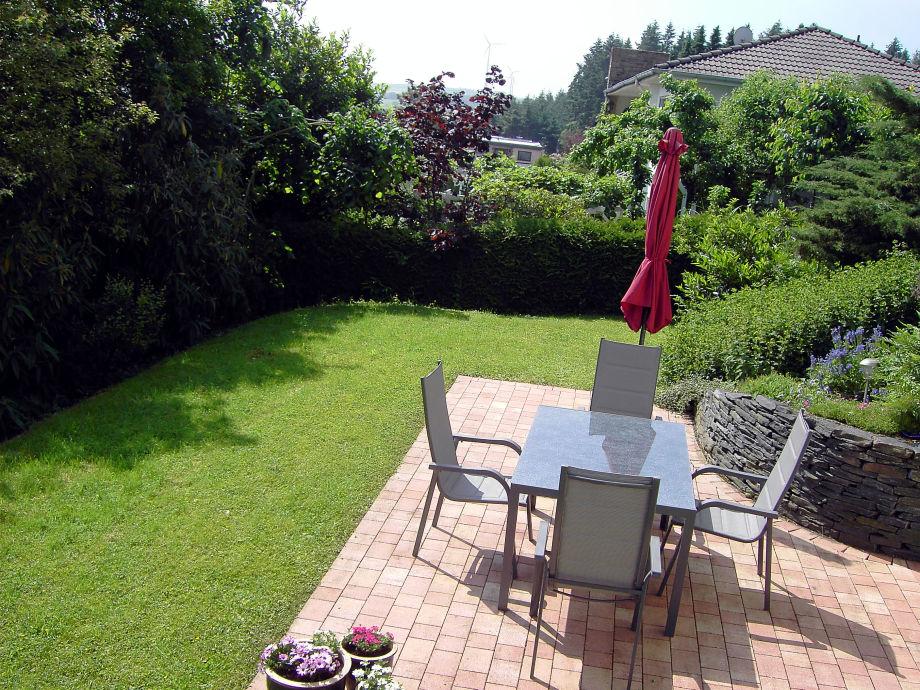 die sonnige Terrasse lädt zum relaxen ein
