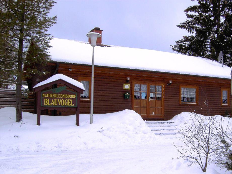 Herzlich Willkommen - Rezeptionsgebäude im Winter