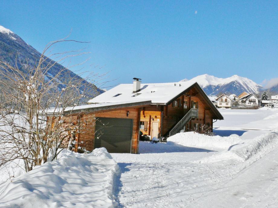 """Holzblockhaus"" im Winter"