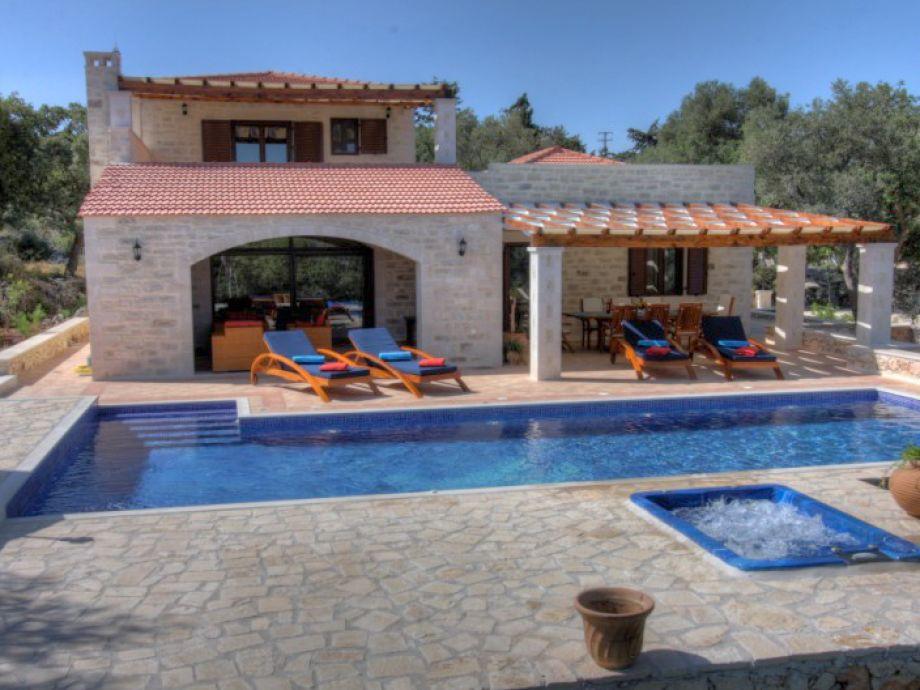 Ansicht der Villa über den Pool