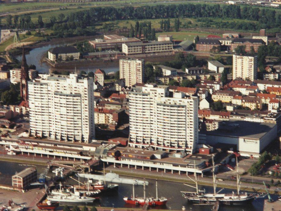 Wohnung, Hochhaus im Hintergrund