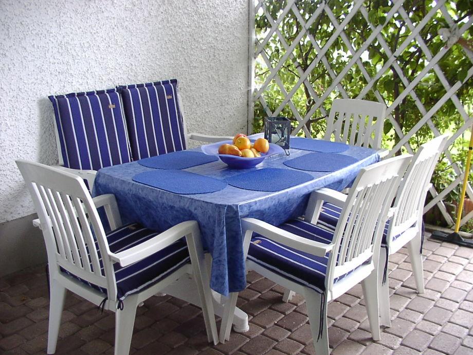 Überdachte Terrasse: Ideal zum Frühstücken