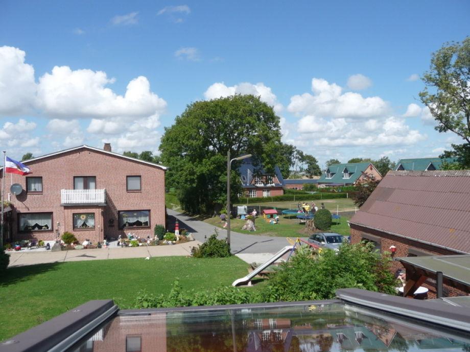 Hier ein Blick von der Ferienwohnung zum Bauernhof