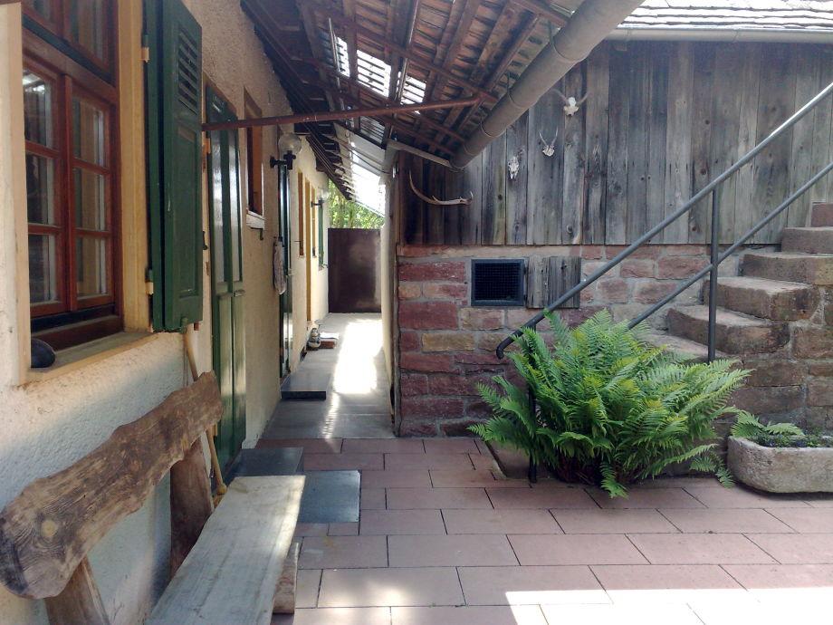 Überdachter Eingang zur Wohnung auf der Haus-Rückseite