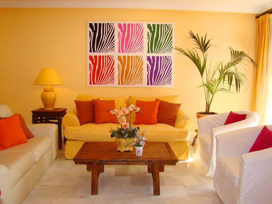sonniges Wohnzimmer mit Meerblick