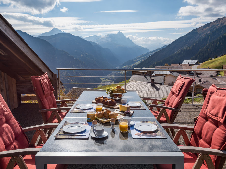 Terrasse mit Blick ins Safiental