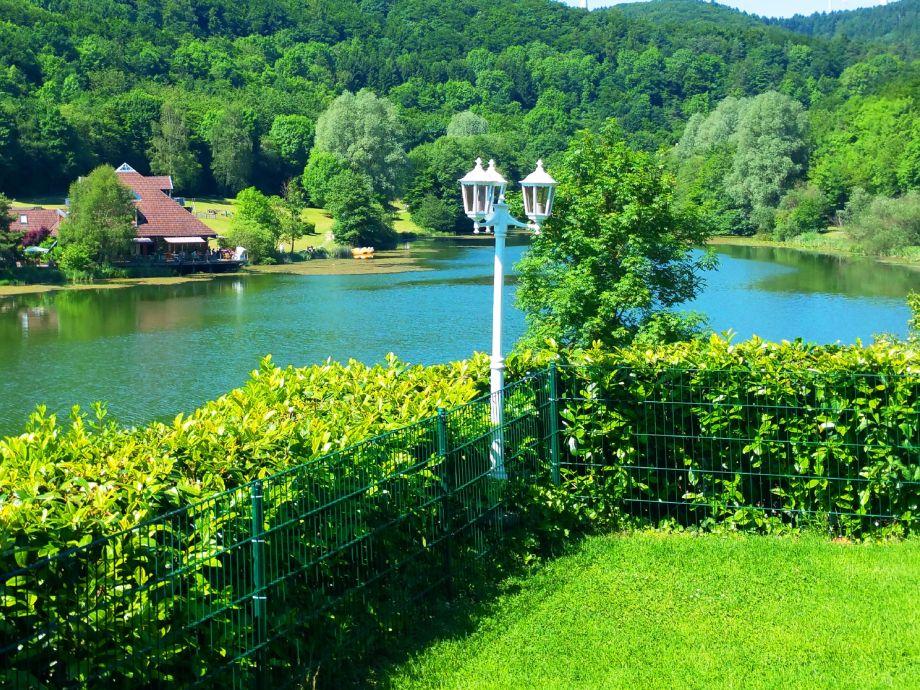 Panoramablick über den Badesee aus dem Garten Chalet