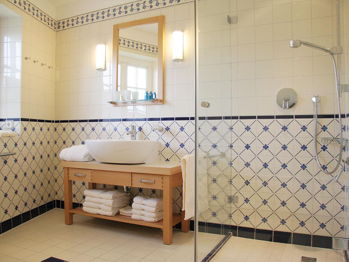 Ferienhaus landhaus wattwiesen friesisch sylt rantum for Badezimmer mit dusche und wanne