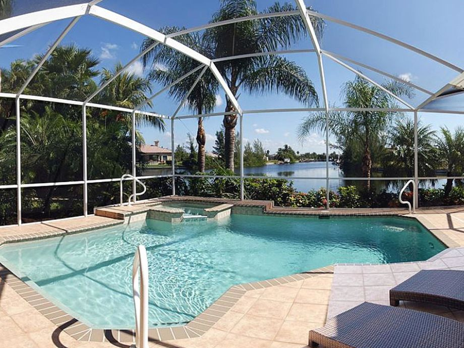 dive in, enjoy the pool of the villa in Cape Coral