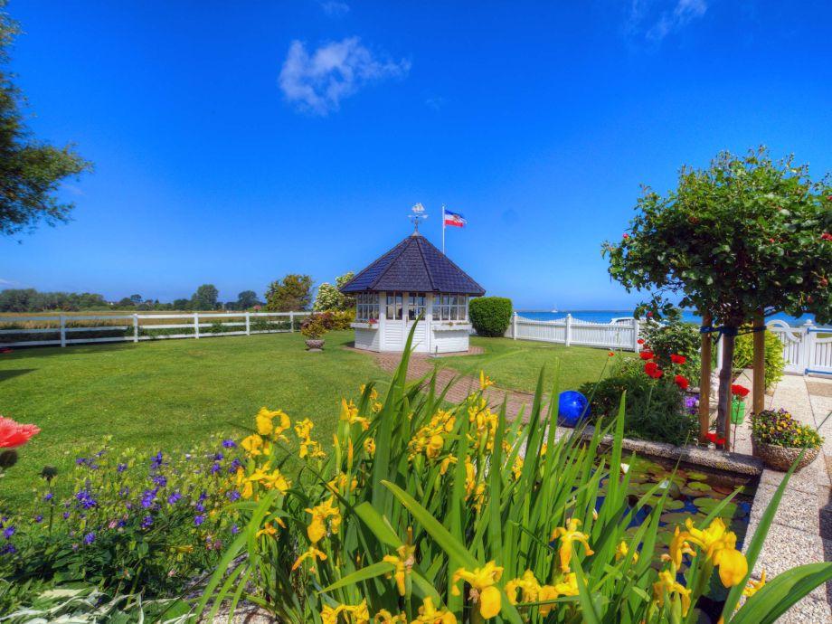 Ein gepflegter Garten mit Pavillion für unsere Gäste