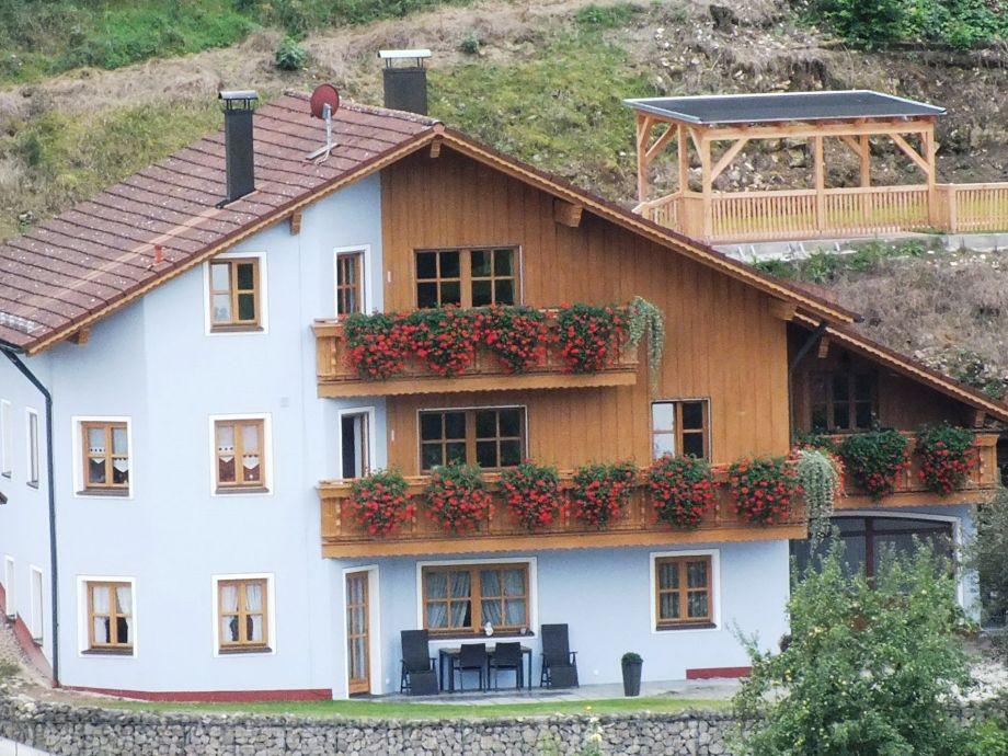 Außenansicht mit Terrasse und Gästepavillon
