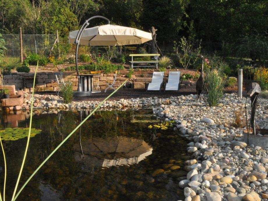 Teichanlage mit Liegestühle