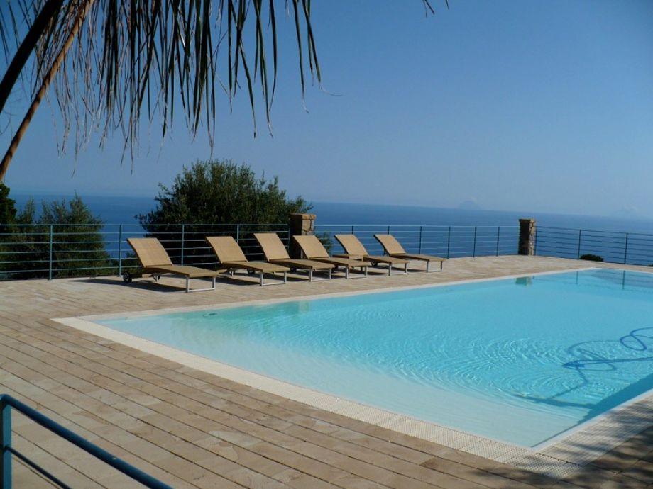 Swimmingpool mit Meerblick
