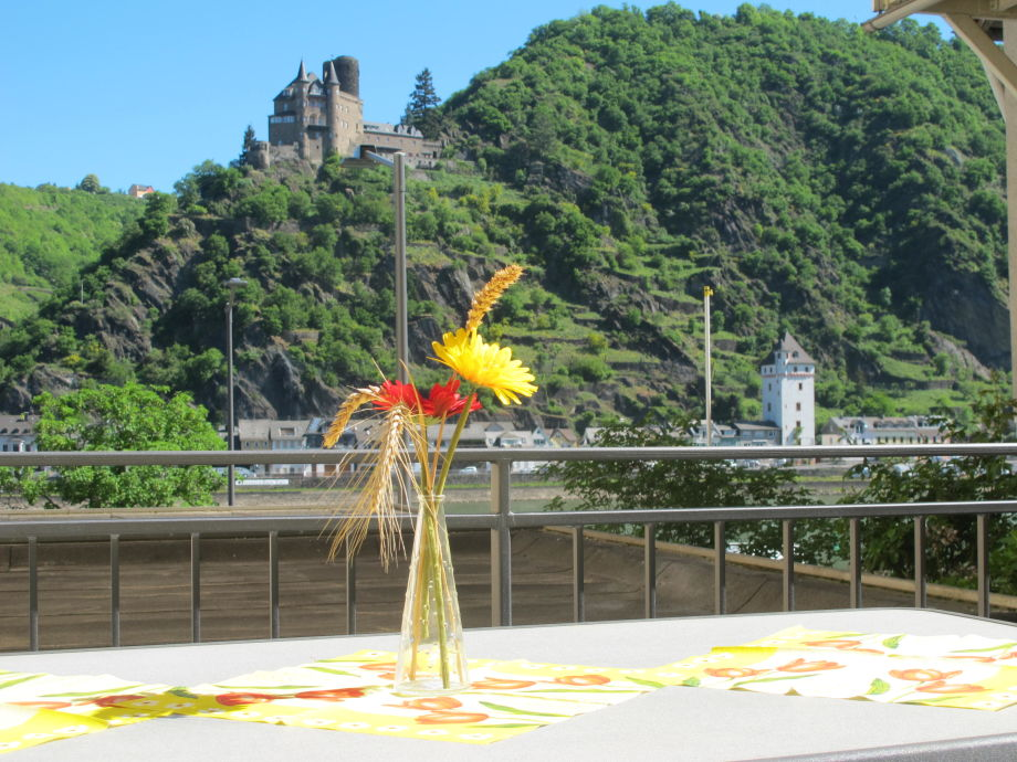 Unser Blick auf Burg Katz  und auf den Rhein