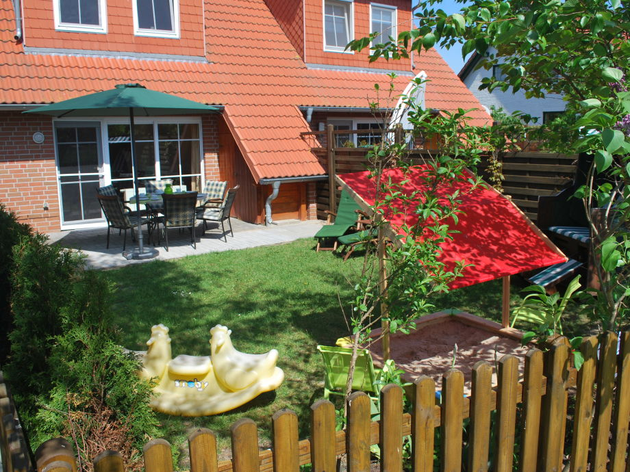 Garten mit Strandkorb und Terrasse