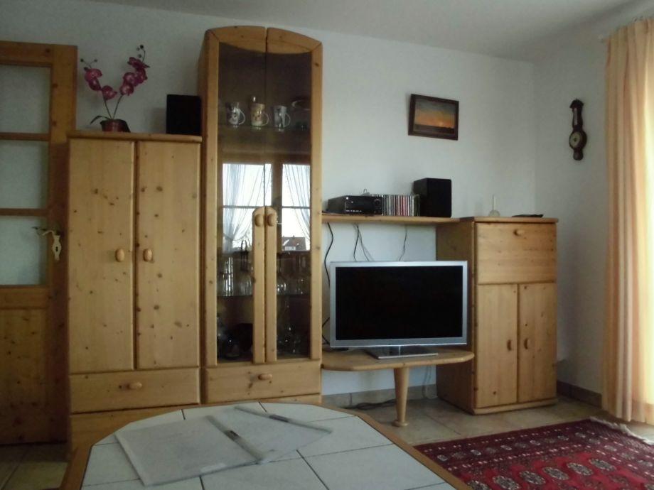 Schrankwand mit Flachfernseher und CD/DVD Spieler