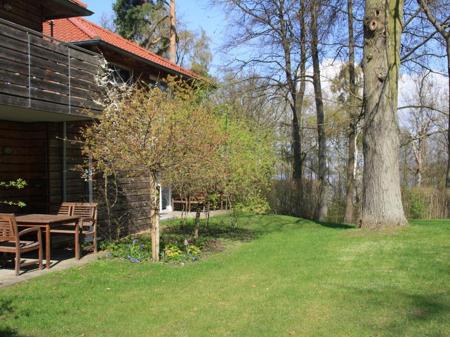Garten  - im Hintergrund die Müritz
