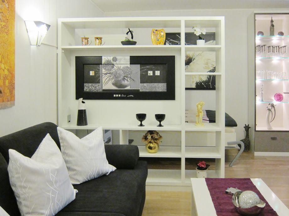 Wohnzimmer mit Raumteiler und Bettsofa